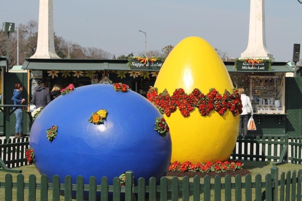 Best time to visit Vienna - springtime Easter Markets Schonbrunn Palace (photo source pixabay)