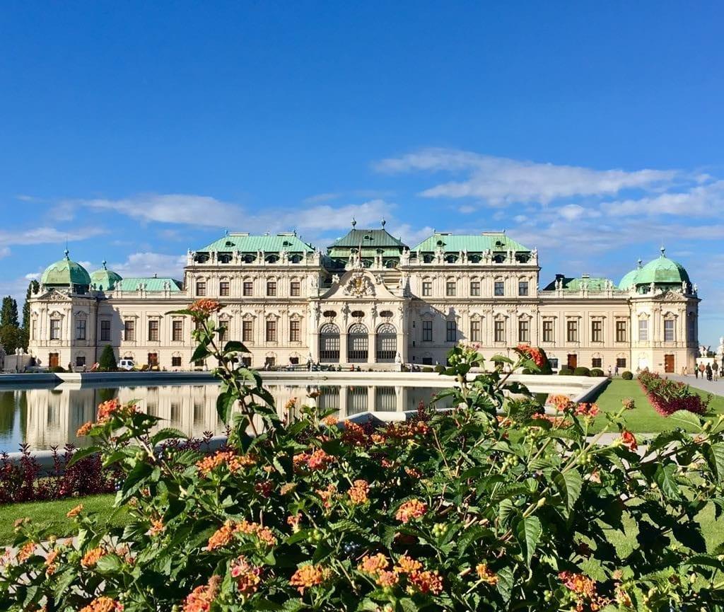 Castelul Belvedere într-o zi însorită de toamnă