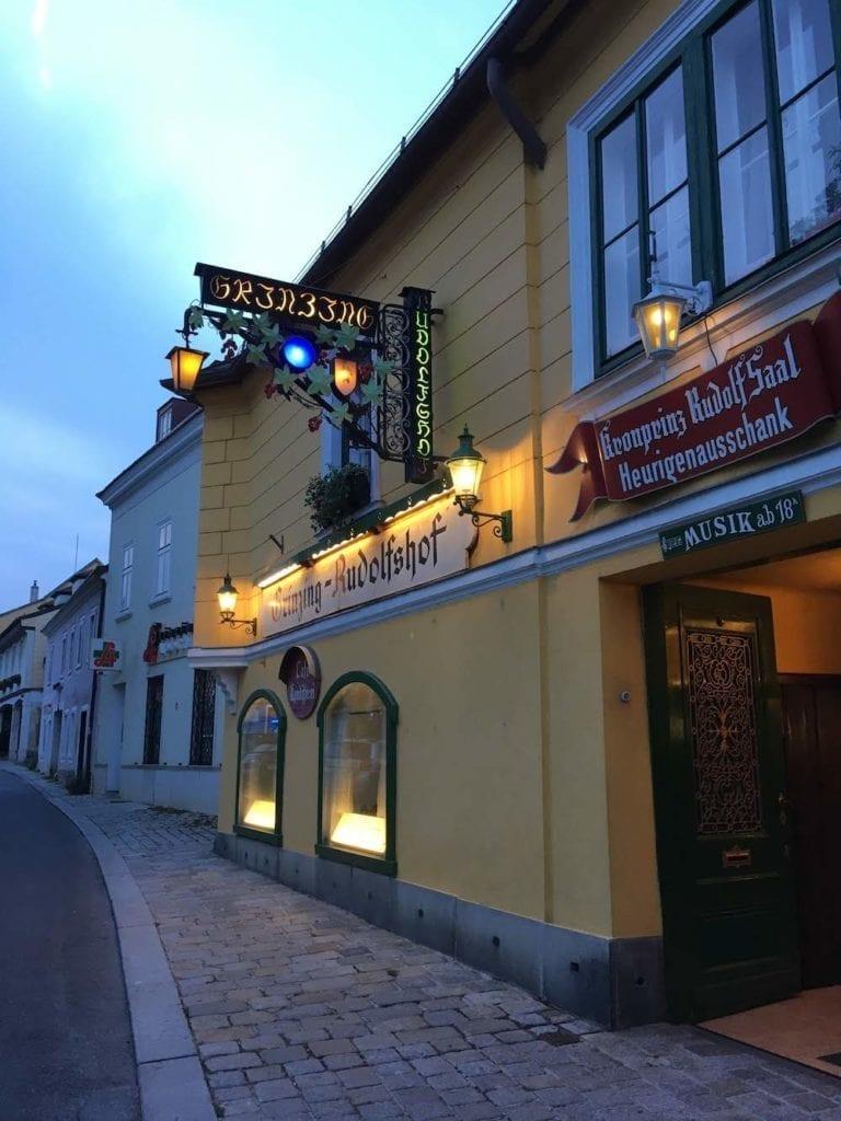 O tavernă producătoare de vin în Grinzing la marginea Vienei