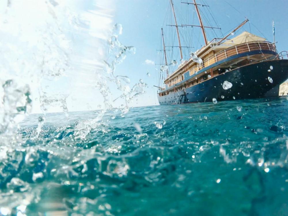 apă stropind pe nava de croazieră, Grecia