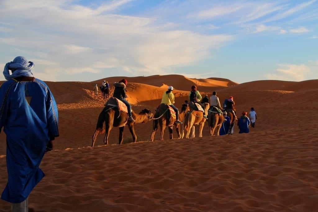 Doha cu copiii - camel riding in the desert